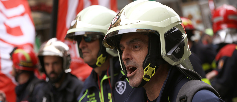 Firefighters take part in a demonstration to demand improved working conditions in Madrid, Spain, October 26, 2018. REUTERS/Susana Vera - RC14F9F9D3E0