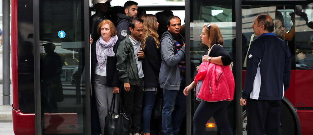 People are packed in a bus during a national public transport strike in Rome, Italy October 26, 2018. REUTERS/Tony Gentile - RC1E6C1F4C70