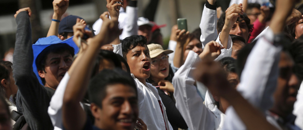 Students from the National Polytechnic Institute (IPN) demonstrate in Mexico City September 30, 2014. Thousands of students poured onto the streets of Mexico City on Tuesday to march against changes to the syllabus and regulations at IPN, one of Mexico's biggest universities, that protesters argue will lower education standards.     REUTERS/Edgard Garrido (MEXICO - Tags: CIVIL UNREST EDUCATION POLITICS) - GM1EAA10NAB01