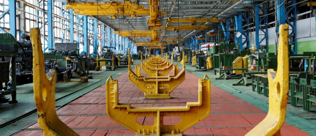 A main production line is seen at the Kharkiv tractor plant (HTZ) in Kharkiv, Ukraine, June 23, 2016.  REUTERS/Valentyn Ogirenko - RTX2IHLP