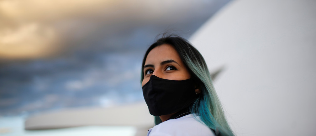 A nurse wearing protective face mask participates in a protest to honour healthcare professionals who died from the coronavirus disease (COVID-19), amid the COVID-19 outbreak in Brasilia, Brazil May 12, 2020. REUTERS/Adriano Machado - RC2BNG9TKS6W