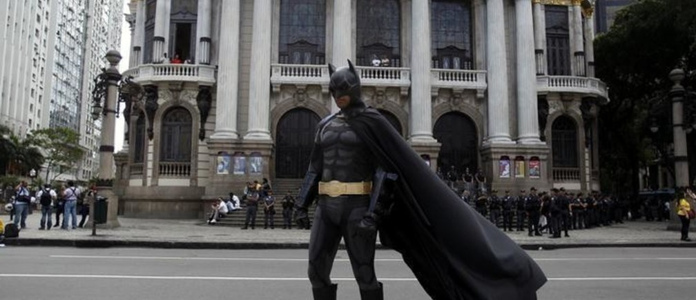 An anti-government demonstrator dressed as comic book superhero Batman poses in front of Municipal Teatre at a protest during the Brazil's Independence Day in Rio de Janeiro, September 7, 2013. The protest was a call to the government to provide better security, education, health and public services. REUTERS/Pilar Olivares (BRAZIL - Tags: CIVIL UNREST POLITICS)