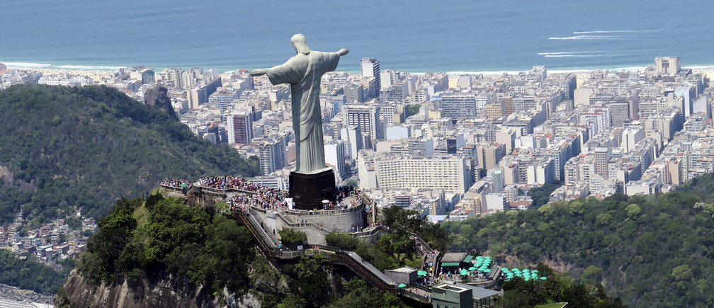 Tourists visit the Christ the Redeemer statue in Rio de Janeiro, Brazil October 10, 2015.   REUTERS/Pawel Kopczynski      TPX IMAGES OF THE DAY         - GF10000240170