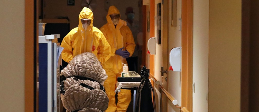 Mortuary employees transport the body of a person in an elderly residence following the coronavirus disease (COVID-19) outbreak in Brussels, Belgium April 14, 2020. REUTERS/Yves Herman - RC294G9XMM9K