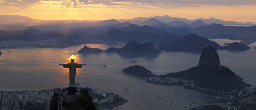 Christ The Redeemer is seen during sunrise in Rio de Janeiro, Brazil August 2, 2016.    REUTERS/Wolfgang Rattay  TPX IMAGES OF THE DAY - RTSKPFX