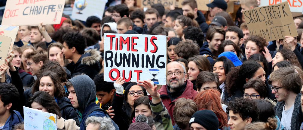 "Students take part in a ""youth strike to act on climate change"" demonstration in Paris, France, March 15, 2019. REUTERS/Gonzalo Fuentes - RC1BED1392B0"