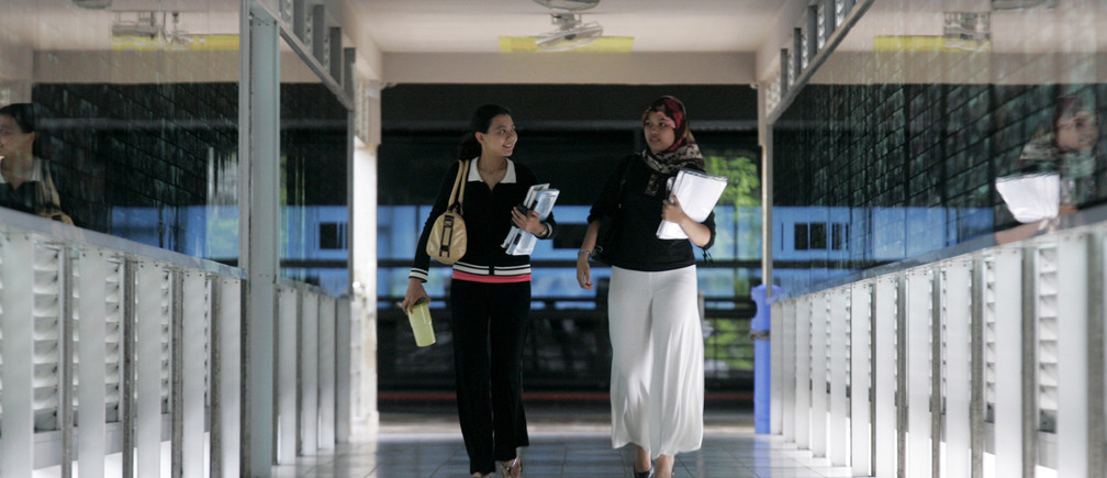 Malaysian students walk in a hallway during their semester break at Universiti Teknologi Mara (UiTM) in Shah Alam, outside Kuala Lumpur, August 23, 2008.