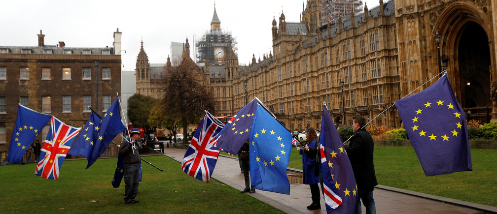 Protesters wave the EU and Union flags outside the Palace of Westminster in London, Britain, December 20, 2017. REUTERS/Peter Nicholls - RC1BA9DAE8B0