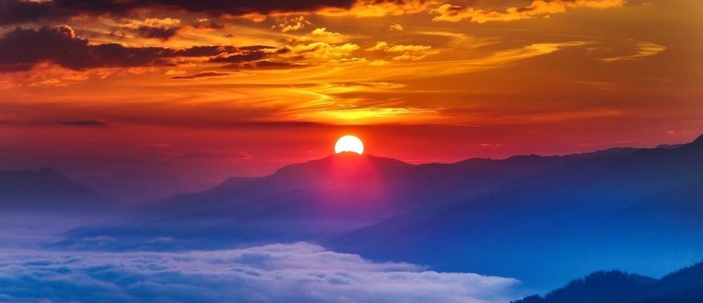 The sun rises as fog covers the Inntal valley in the western Austrian village of Grinzens, Austria September 2, 2016. REUTERS/Dominic Ebenbichler  - RTX2NV1M