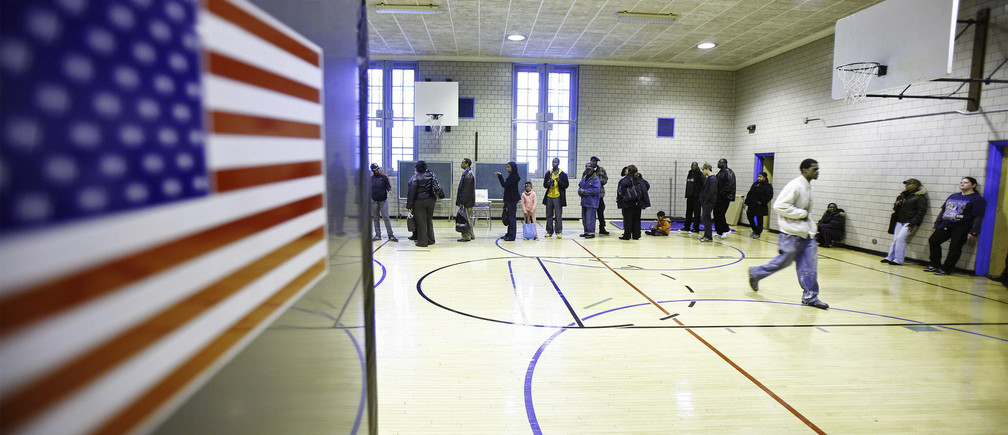 Voters line up to cast their ballots in a school gymnasium in the Harlem neighborhood of New York, November 4, 2008. REUTERS/Lucas Jackson (UNITED STATES) US PRESIDENTIAL ELECTION CAMPAIGN 2008 (USA) - GM1E4B500QL01
