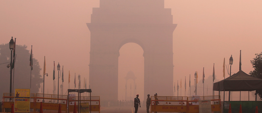 Security personnel stand guard in front of the India Gate amidst the heavy smog in New Delhi, India, October 31, 2016. REUTERS/Adnan Abidi - RTX2R4NJ