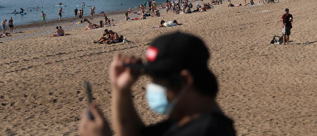 La gente disfruta del tiempo soleado en la playa de la Barceloneta, en medio del brote de la enfermedad coronavirus (COVID-19), en Barcelona, España, el 21 de mayo de 2020.