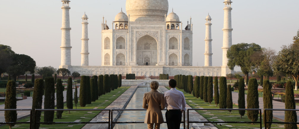 French President Emmanuel Macron and his wife Brigitte Macron pose for a photograph at the Taj Mahal in Agra, India March 11, 2018. REUTERS/Ludovic Marin/Pool - RC17C45997D0
