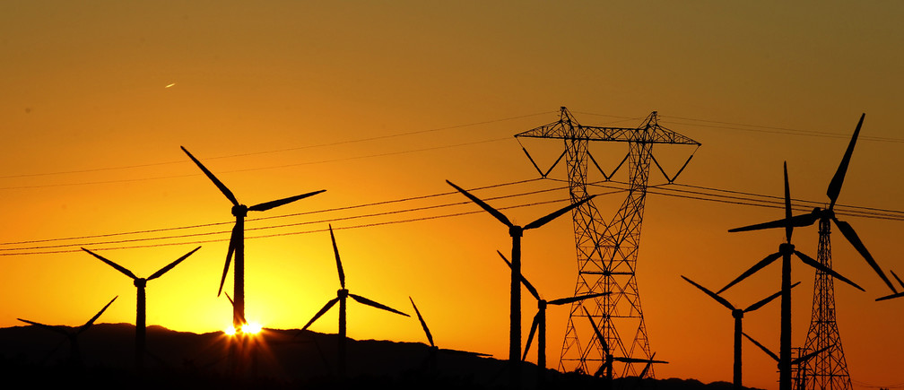 The sun rises behind windmills at a wind farm in Palm Springs, California, February 9, 2011. REUTERS/Lucy Nicholson (UNITED STATES - Tags: ENERGY ENVIRONMENT BUSINESS) - RTXXNCW