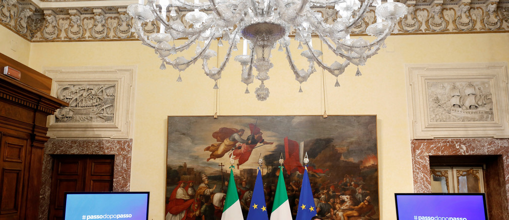 Italy's Prime Minister Matteo Renzi (R) speaks as he is flanked by Italy's Finance Minister Pier Carlo Padoan (L) during a news conference at the Chigi Palace in Rome November 28, 2016.   REUTERS/Tony Gentile - RTSTOM9