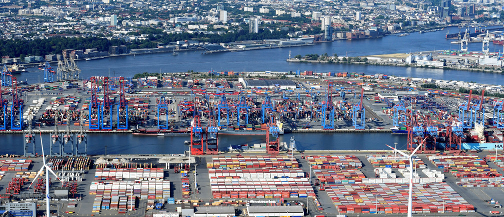 Aerial view of containers at a loading terminal in the port of Hamburg, Germany August 1, 2018. REUTERS/Fabian Bimmer - RC1F8C6EDFE0