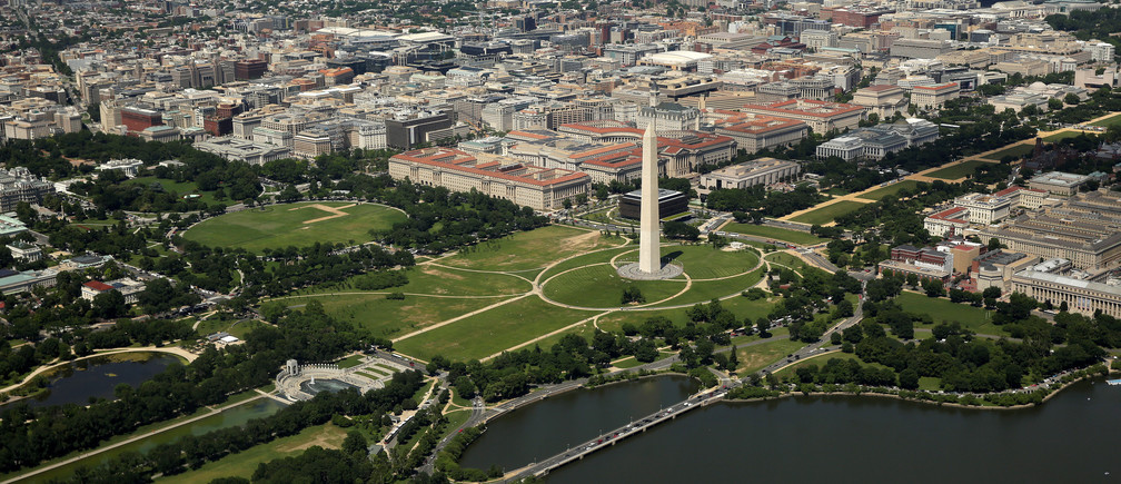 This aerial picture shows the Washington Monument standing on the National Mall and the White House at far left in Washington, U.S., June 8, 2017. REUTERS/Joshua Roberts - RC1C9C4C2D70