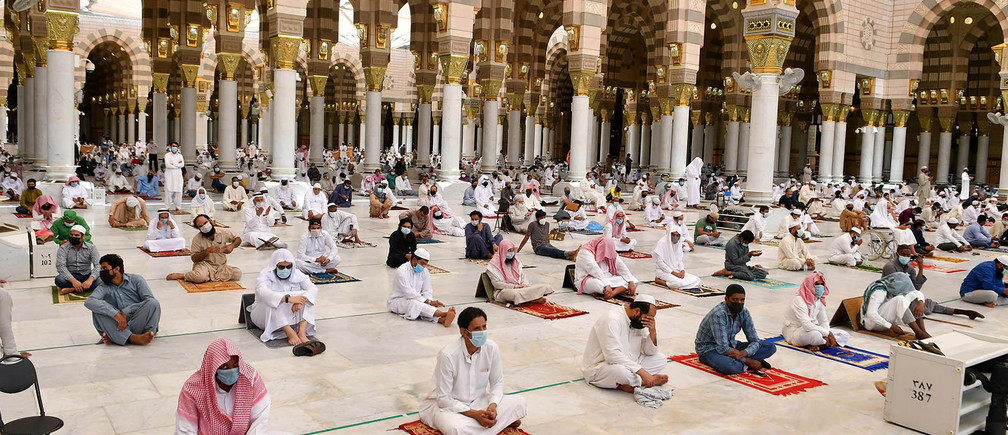 Muslims perform the Friday prayers inside the Masjid Al-Nabawi while practicing social distancing, following the outbreak of the coronavirus disease (COVID-19), in Madina, Saudi Arabia June 5, 2020. Saudi Press Agency/Handout via REUTERS ATTENTION EDITORS - THIS PICTURE WAS PROVIDED BY A THIRD PARTY. - RC213H9U7LRF