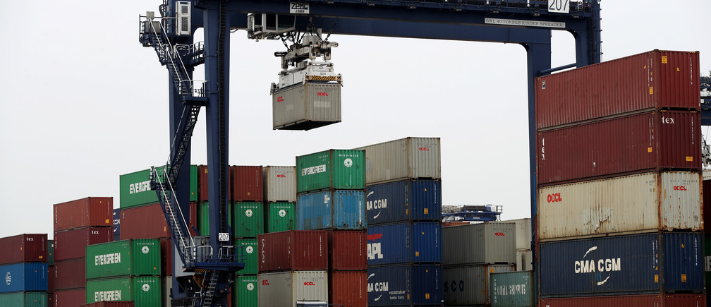A shipping container is lifted at Felixstowe Port, Britain April 16, 2019.   REUTERS/Chris Radburn - RC1CCCE19FE0