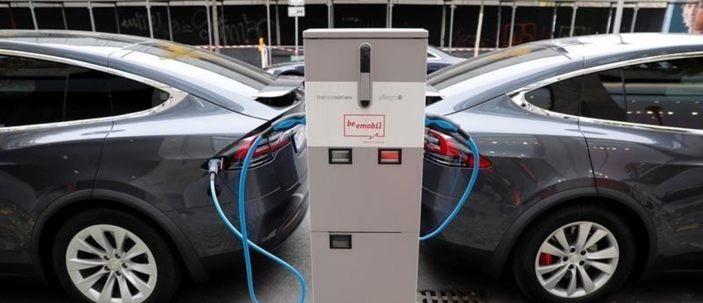Tesla Model X electric cars recharge their batteries in Berlin, Germany, November 13, 2019.    REUTERS/Fabrizio Bensch - RC2BAD9OH1R6