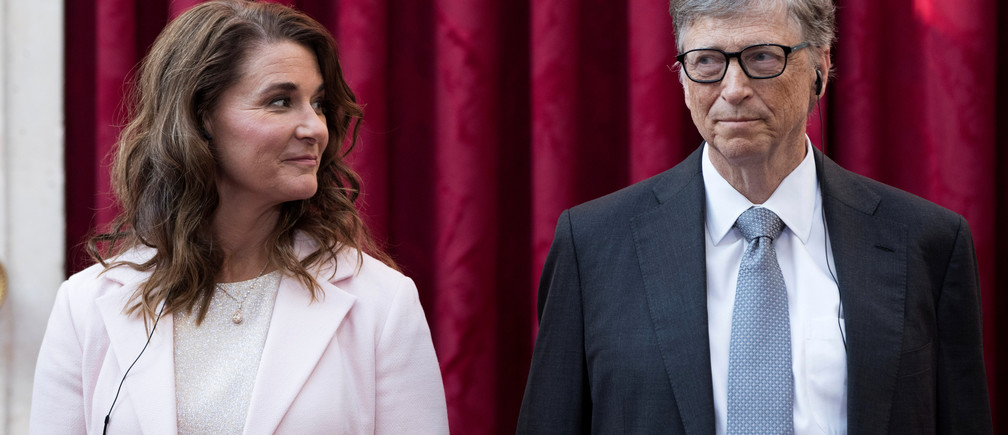 Philanthropist and co-founder of Microsoft, Bill Gates (R) and his wife Melinda listen to the speech by French President Francois Hollande, prior to being awarded Commanders of the Legion of Honor at the Elysee Palace in Paris, France, April 21, 2017.     REUTERS/Kamil Zihnioglu/Pool - RC1D4D871240