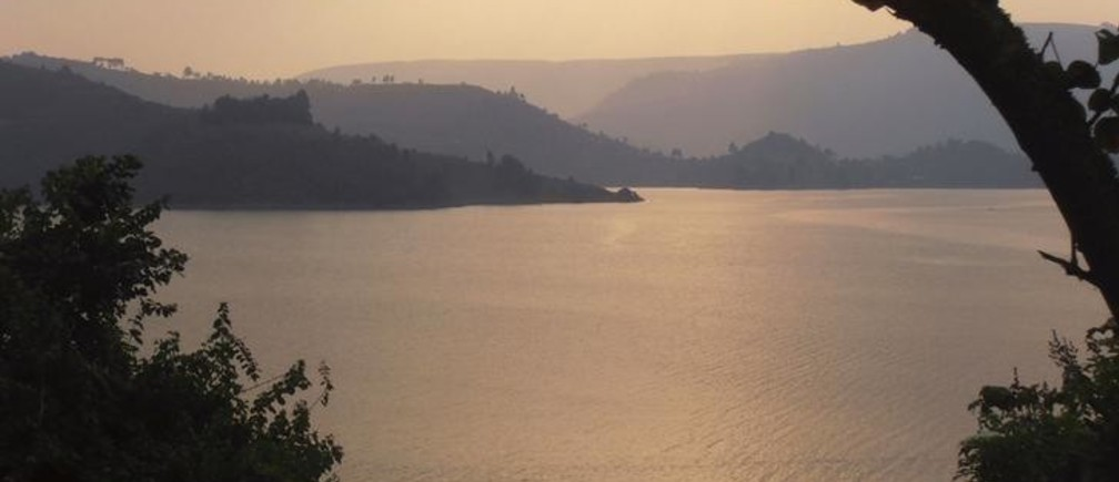 A general view of Lake Bunyonyi, a twisting 25-km (15.5-mile) long freshwater lake which lies in the far southwest of Uganda January 8, 2015. Picture taken January 8. To match story TRAVEL-UGANDA/   REUTERS/Michael Turner  (UGANDA - Tags: ENVIRONMENT TRAVEL SOCIETY)