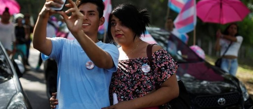 A couple participates in a march to mark the International Day Against Homophobia, Transphobia, and Biphobia in San Salvador, El Salvador May 17, 2018. REUTERS/Jose Cabezas