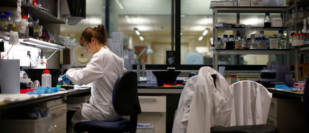 A scientist working in cancer research laboratories at the Old Road Campus research building at Oxford University, in Oxford, Britain May 11, 2016.  REUTERS/Peter Nicholls - D1AETGHFPGAB