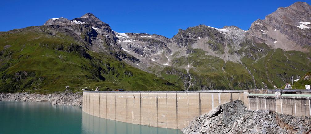 The Mooserboden water reservoir of Austrian hydropower producer Verbund is seen near Kaprun, Austria, August 31, 2016. Picture taken August 31, 2016.   REUTERS/Leonhard Foeger - RTSOLGK