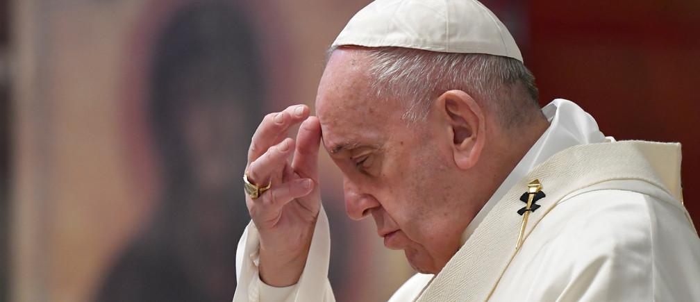 El papa Francisco encabezó una misa de Jueves Santo en la basícila de San Pedro, sin la usual participación masiva de fieles debido a la epidemia del coronavirus.