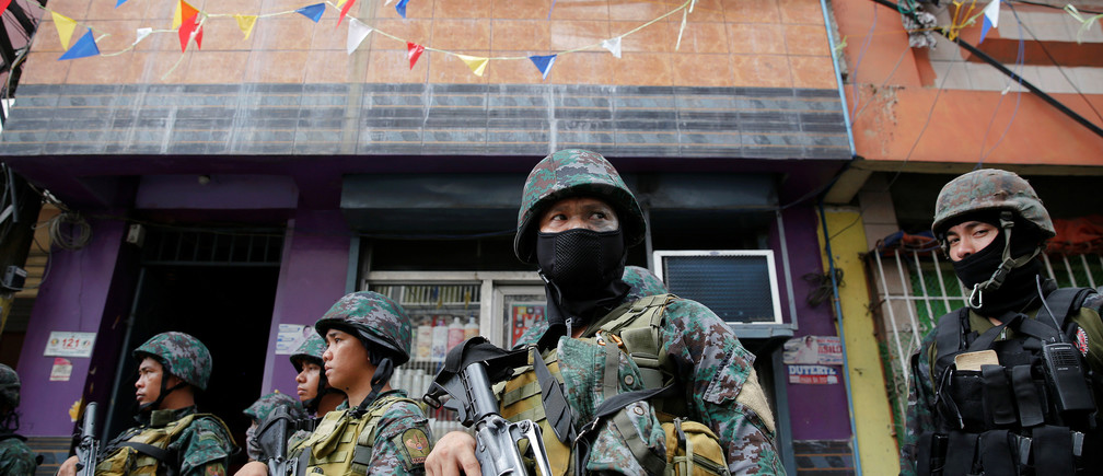 Armed security forces take a part in a drug raid, in Manila, Philippines, October 7, 2016. REUTERS/Damir Sagolj - RTSR7MU