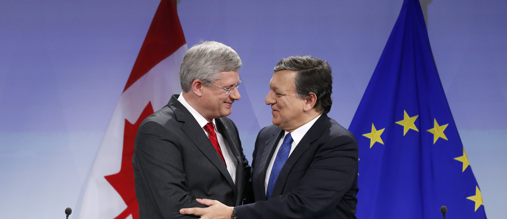 European Commission President Jose Manuel Barroso is congratulated by Canadian Prime Minister Stephen Harper (L) at the EU Commission headquarters in Brussels October 18, 2013. The European Union and Canada agreed on Friday a multi-billion-dollar trade deal to integrate two of the world's biggest economies.    REUTERS/Francois Lenoir (BELGIUM - Tags: POLITICS BUSINESS) - GM1E9AI1KKF01