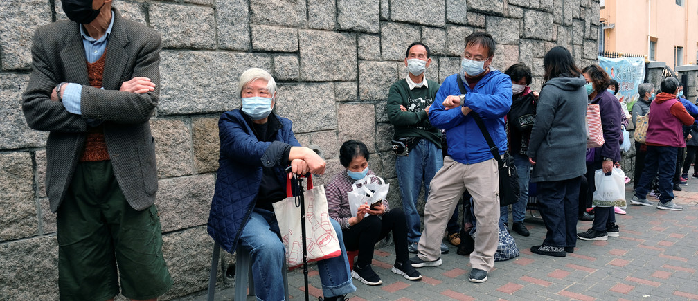Elderly people queue up for free surgical masks from a convenience store, following the outbreak of a new coronavirus, in Hong Kong, China February 7, 2020. REUTERS/Tyrone Siu - RC2JVE9M79D1