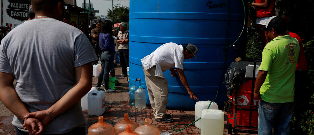 Residents queue to fill their containers from a water tank as free distribution of water takes place days after water supply was cut due to delays in maintenance tasks in a segment of the Cutzamala System in Mexico City, Mexico November 7, 2018. REUTERS/Carlos Jasso - RC13738A6590