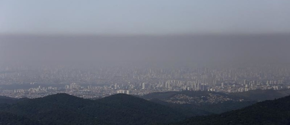 Buildings are seen amid a layer of smog in the city of Sao Paulo during the driest season in decades November 18, 2014. REUTERS/Nacho Doce (BRAZIL - Tags: DISASTER ENVIRONMENT TPX IMAGES OF THE DAY) - GM1EABJ0AMV01