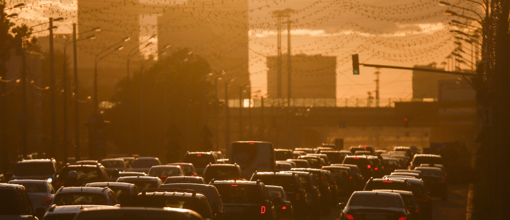 FILE PHOTO: Cars are stuck in a traffic jam during sunset in Moscow, Russia, June 4, 2015. REUTERS/Maxim Shemetov/File Photo - RTX2XKKX