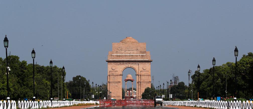 El monumento de guerra de la Puerta de la India se muestra después de que el nivel de contaminación atmosférica comenzara a descender durante un cierre nacional de 21 días para frenar la propagación de la enfermedad del Coronavirus (COVID-19), en Nueva Delhi, India, el 8 de abril de 2020.
