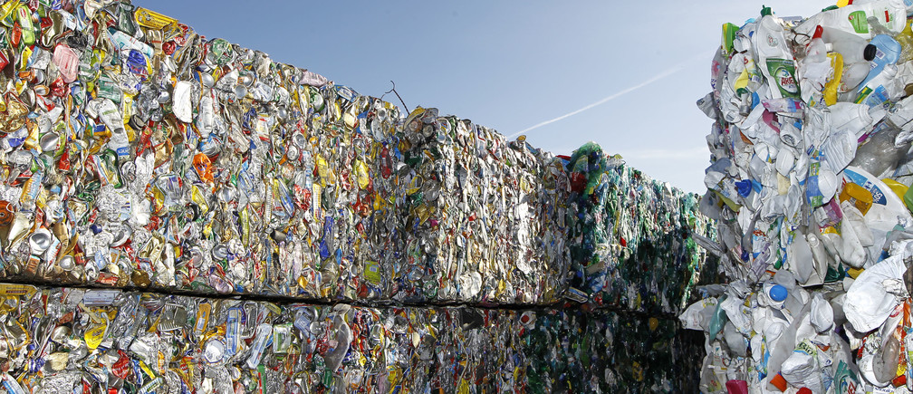 Crushed aluminium cans and plastic bottles are seen at a recycling  plant near Laval, western France October 20, 2011.  REUTERS/Charles Platiau   (FRANCE - Tags: POLITICS ENVIRONMENT) - PM1E7AK1HL901