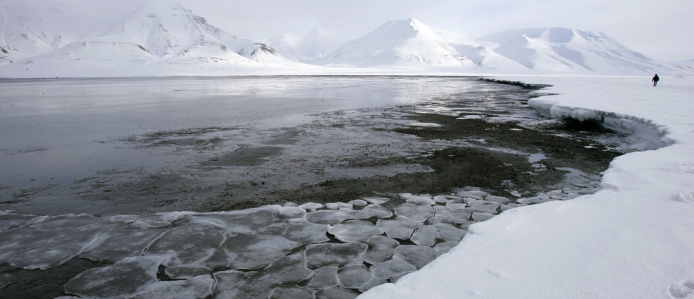 Ice breaks away from a frozen coastline near the Norwegian Arctic town of Longyearbyen April 23, 2007. A local resident said that global warming may be to blame for the early spring thaw.   REUTERS/Francois Lenoir   (NORWAY) - GM1DVCKMZDAA