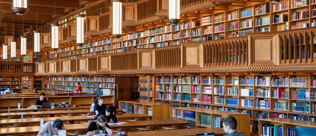"Students sit in the library of the university KU Leuven ""Katholieke Universiteit Leuven"" in Leuven, Belgium April 18, 2019. Picture taken April 18, 2019. REUTERS/Piroschka van de Wouw - RC1E88C38520"