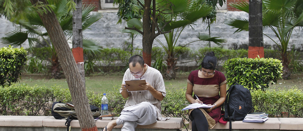 Indian students study inside the Delhi University campus in New Delhi September 20, 2013. Picture taken September 20, 2013.  To match INDIA-EDUCATION/  REUTERS/Anindito Mukherjee (INDIA - Tags: EDUCATION) - GM1E9A30U6M01