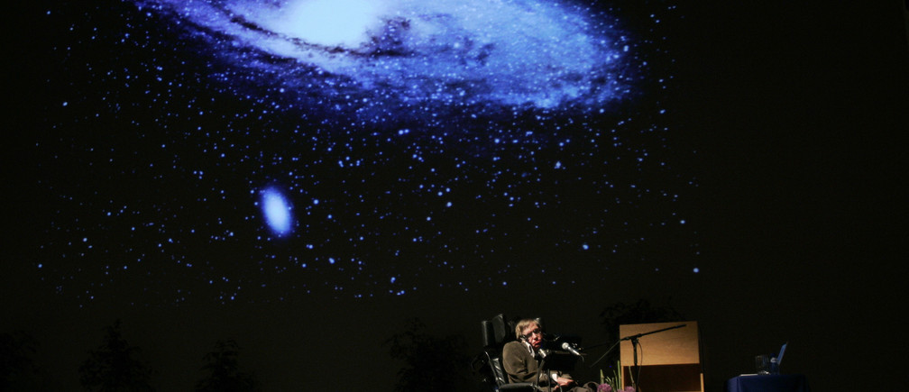 """British physicist Stephen Hawking delivers a lecture on """"The Origin of the Universe"""" at the Heysel conference hall in Brussels May 20, 2007.    REUTERS/Francois Lenoir   (BELGIUM) - RTR1PWFF"""