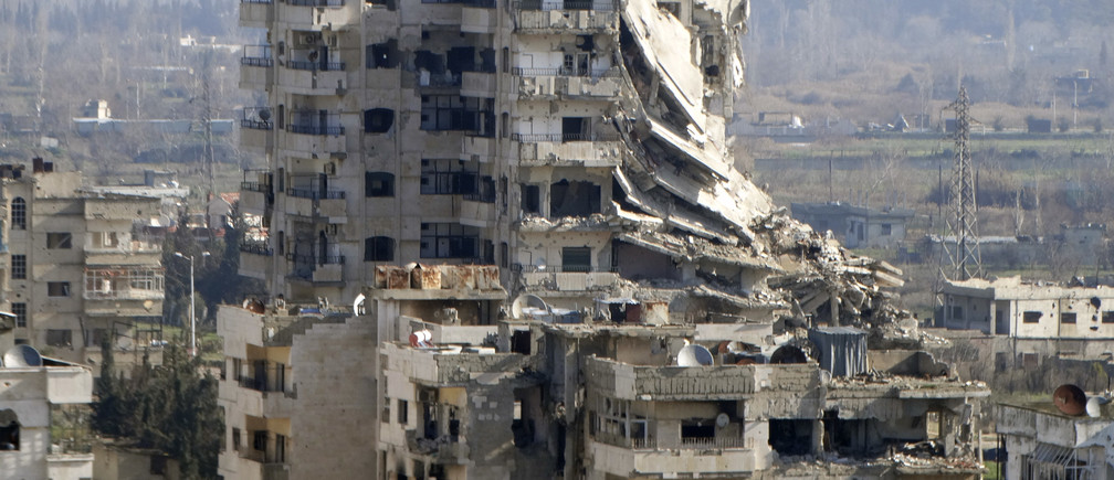 A general view shows damaged buildings in the northwestern Homs district of Al Waer January 18, 2015.  REUTERS/Stringer (SYRIA - Tags: CITYSCAPE CIVIL UNREST CONFLICT) - RTR4LWWS
