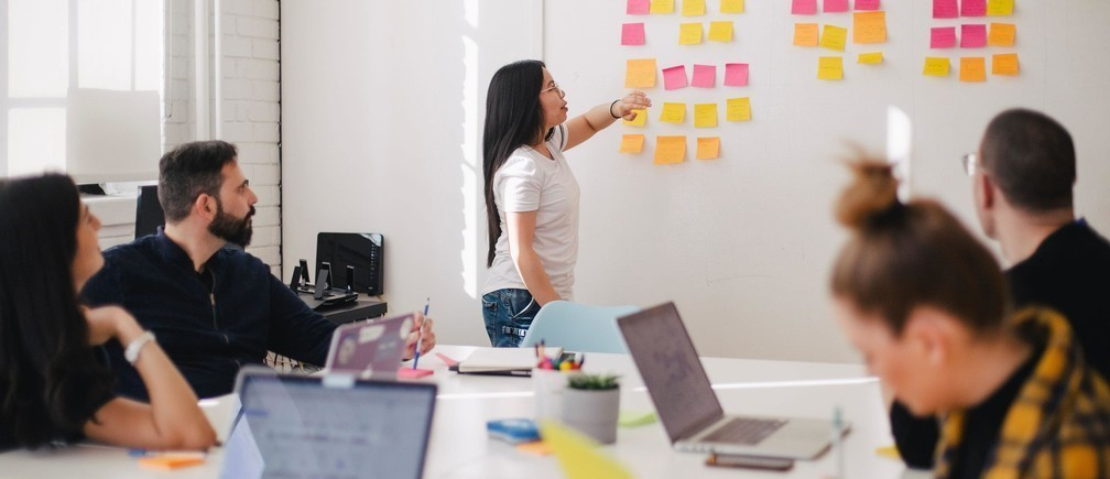 En développant l'innovation au sein des entreprises.