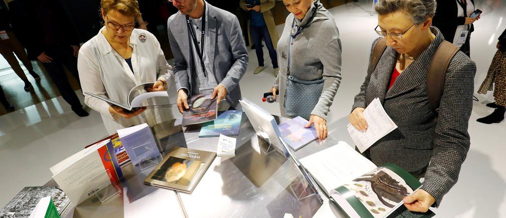 Visitors examine books at Frankfurt book fair in Frankfurt, Germany, October 17, 2019.  REUTERS/Ralph Orlowski - RC12BFF484E0