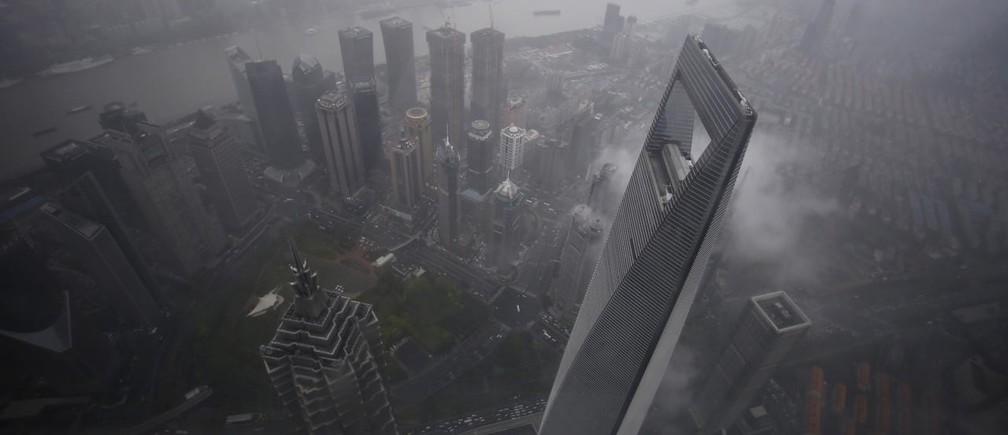 途上国が大規模な都市化への道を歩むなかで、国民1人あたりのエネルギー消費量も大きく増大しようとしている。写真は上海の金融街。2015年5月15日撮影
