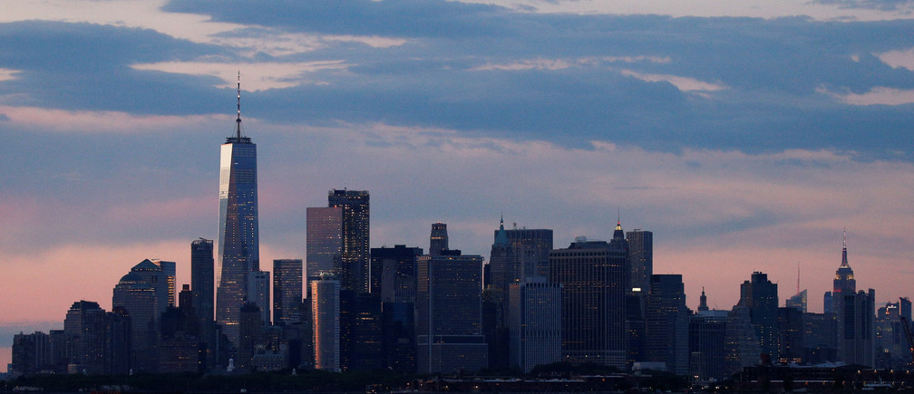 The Manhattan skyline is seen during sunset from the Brooklyn borough of New York City, U.S., June 27, 2017. REUTERS/Brendan McDermid - RTS18WG6