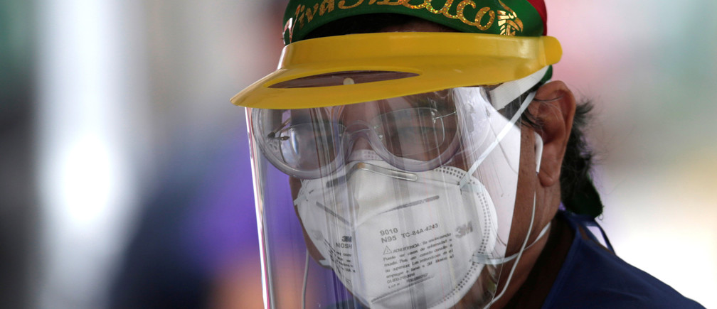 Un trabajador de la salud que usa una máscara facial protectora es visto en una prueba de conducción mientras continúa la propagación de la enfermedad del coronavirus (COVID-19), en Monterrey, México, el 11 de abril de 2020.