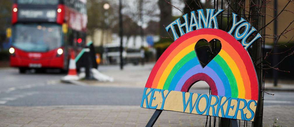 Una señal de agradecimiento a los trabajadores clave es vista como la propagación de la enfermedad coronavirus (COVID-19) continúa, en Londres, el 30 de marzo de 2020.