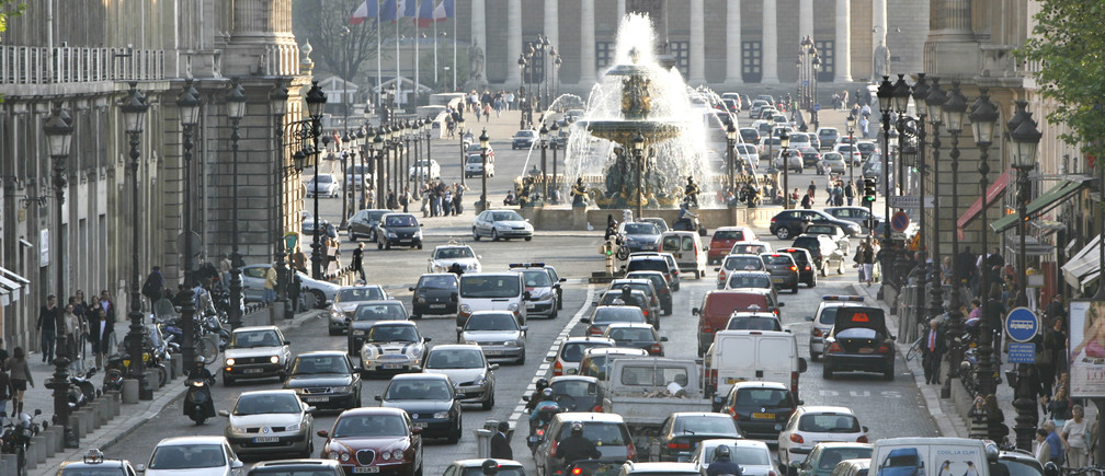 Cars back up in rush hour traffic as they approach the Place de la Concorde in Paris as pollution levels in the city reach a high level after several days of unusually warm weather April 19, 2007. REUTERS/Charles Platiau   (FRANCE) - PM1DVBQRHEAA